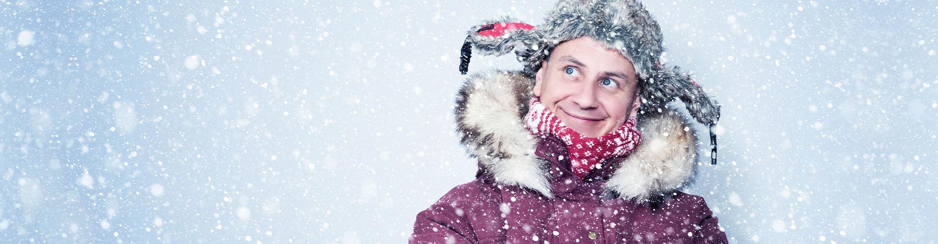 Mann mit Mütze im Schnee als Titelbild der Karriere Seite