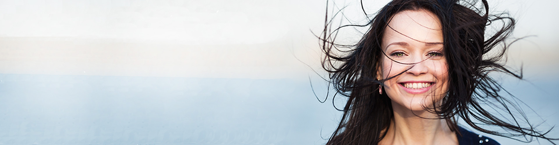 Frau im Wind mit zerzausten Haaren als Darstellung von Lüftungsanlagen