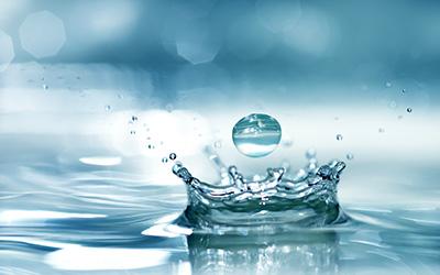 Tropfen auf Wasseroberfläche als Darstellung der Dichtigkeitsprüfung