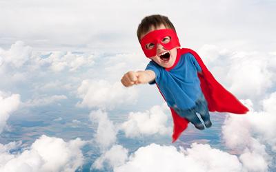 Kleiner Junge als Superheld
