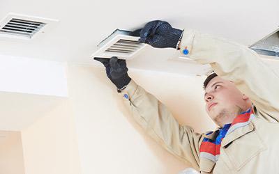 Mann bei der Reparatur