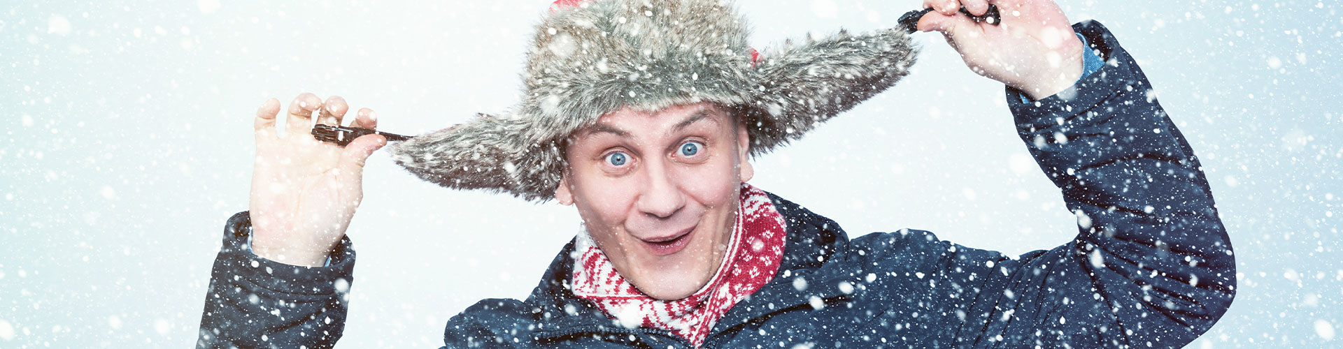 Mann mit Mütze im Schnee