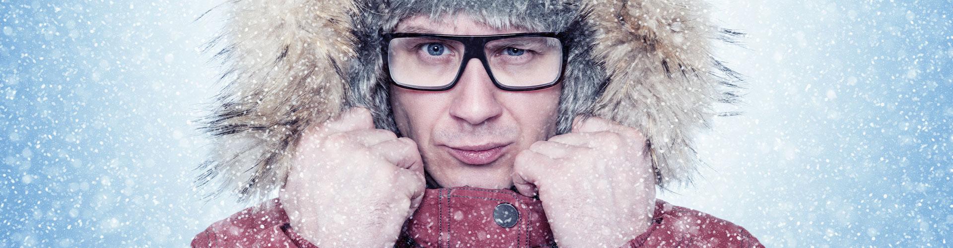 Mann mit Kapuze im Schnee